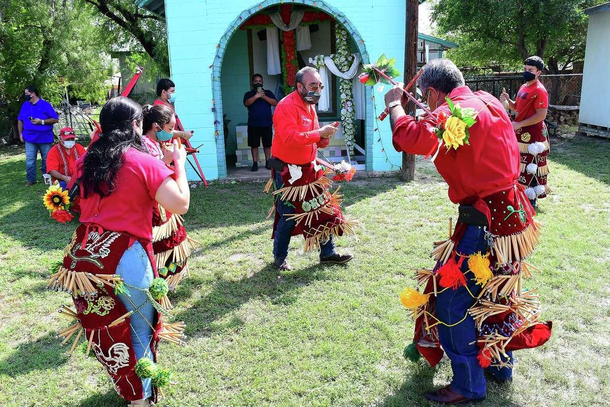 ARCHIVO- Los galardonados Matachines de la Santa Cruz de la Ladrillera ejecutan una de sus danzas rituales en la Capilla de la Santa Cruz.