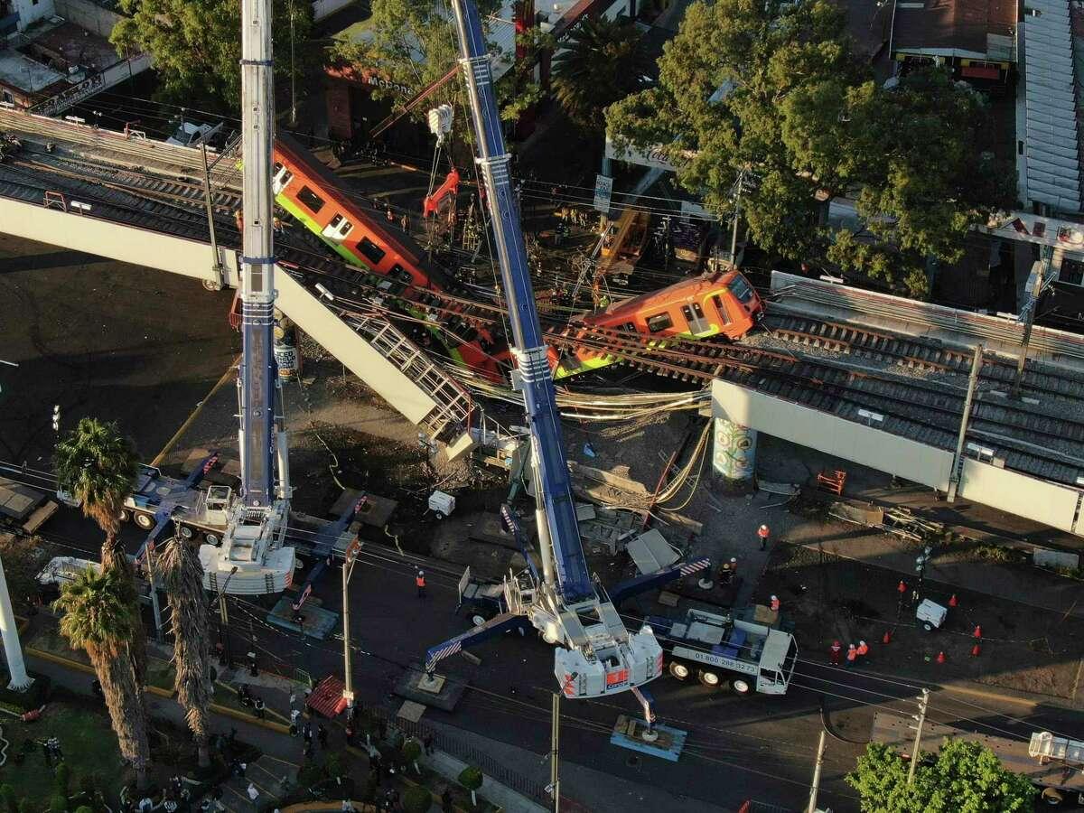 Vista aérea de vagones del metro colgando desde una sección elevada colapsada en la Ciudad de México, el martes 4 de mayo de 2021. La sección elevada del metro de la Ciudad de México colapsó el lunes por la noche matando al menos a 24 personas.