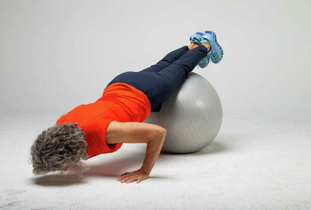 Shana Ross demonstrates a push-up after the prone walkout, inside the Houston Chronicle photography studio on Wednesday, April 21, 2021, in Houston. Photo: Godofredo A. Vásquez, Houston Chronicle / Staff Photographer / © 2021 Houston Chronicle