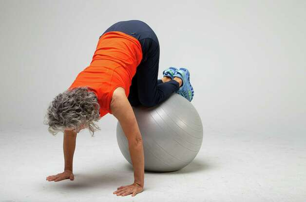 Shana Ross demonstrates a knee tuck after the push-up inside the Houston Chronicle photography studio on Wednesday, April 21, 2021, in Houston. Photo: Godofredo A. Vásquez, Houston Chronicle / Staff Photographer / © 2021 Houston Chronicle