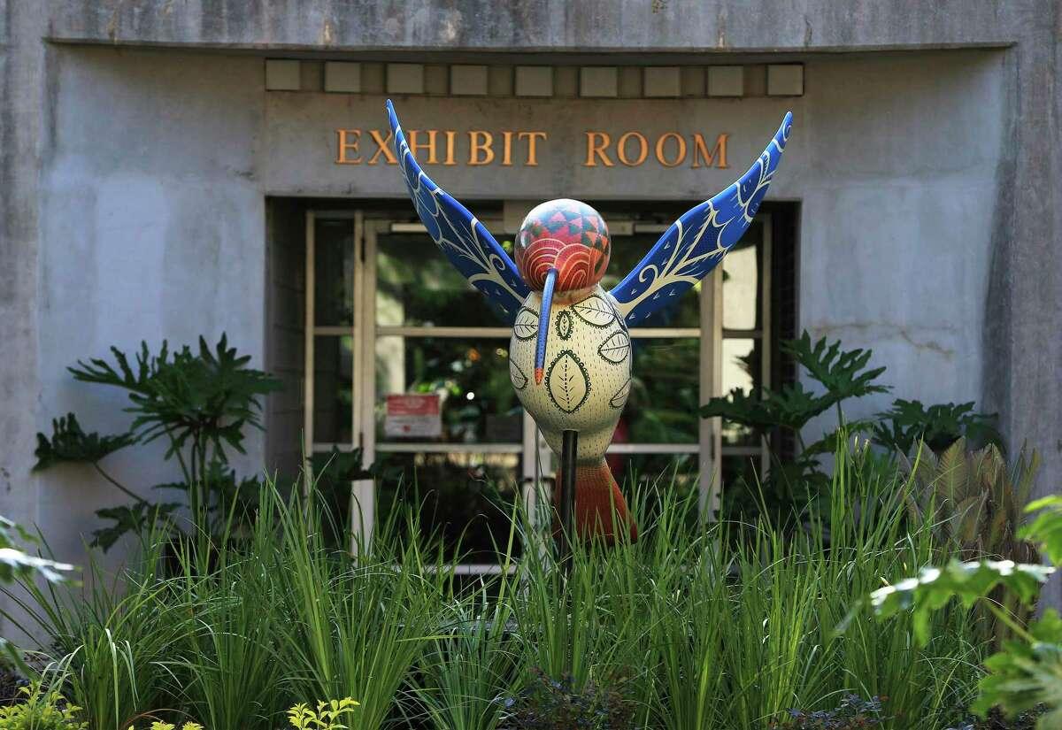 La estatua del colibrí es parte de