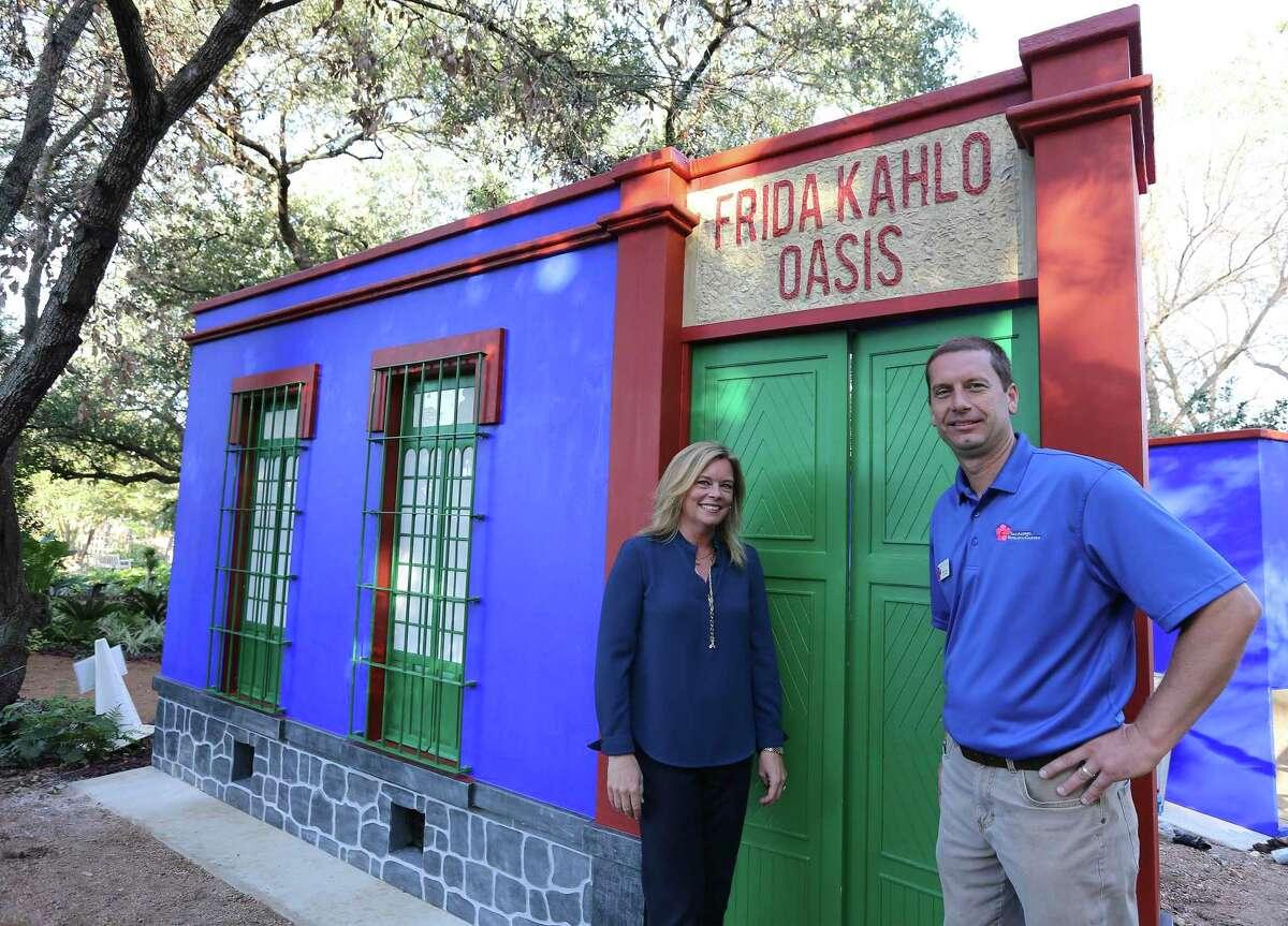 Sabina Carr, directora ejecutiva del Jardín Botánico de San Antonio, y Andrew Labaye, director de horticultura, se encuentran en la entrada de la recreación Casa Azul, la casa de Frida Kahlo.  Es parte de