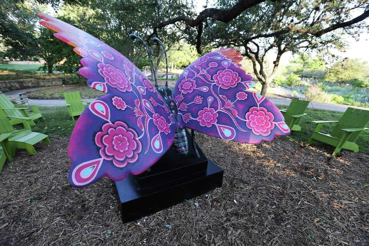 La estatua de la mariposa se encuentra entre las muchas esculturas de animales enormes dibujadas a mano que forman parte de ella.