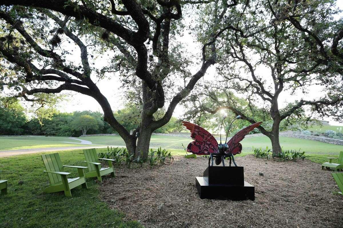 La estatua de la mariposa es uno de los seis animales masivos que se muestran como parte de
