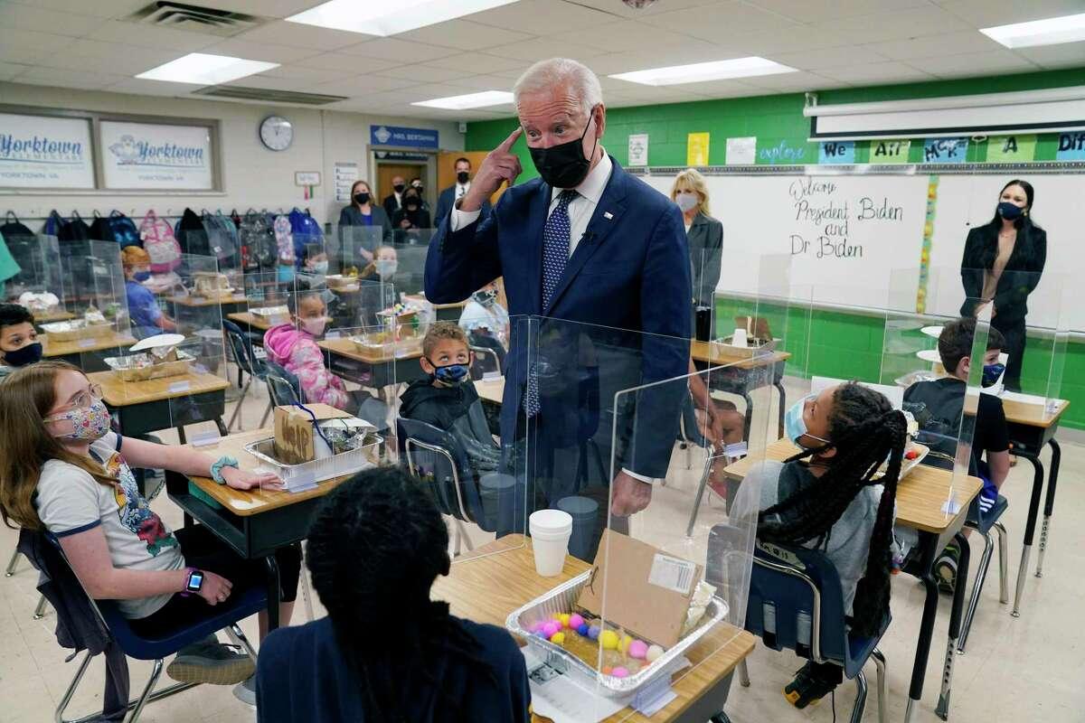 El presidente estadounidense Joe Biden habla con estudiantes durante una visita a la Escuela Primaria Yorktown, en Yorktown, Virginia, el 3 de mayo de 2021.