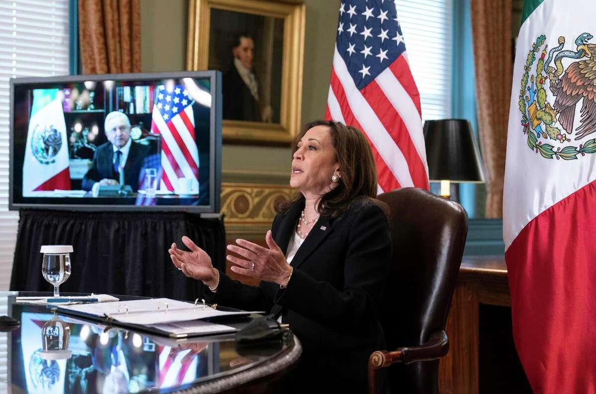 La vicepresidenta de EEUU Kamala Harris conversa en forma virtual desde la oficina ejecutiva Eisenhower, en la Casa Blanca, en Washington, con el presidente mexicano Andrés Manuel López Obrador, el viernes 7 de mayo de 2021.