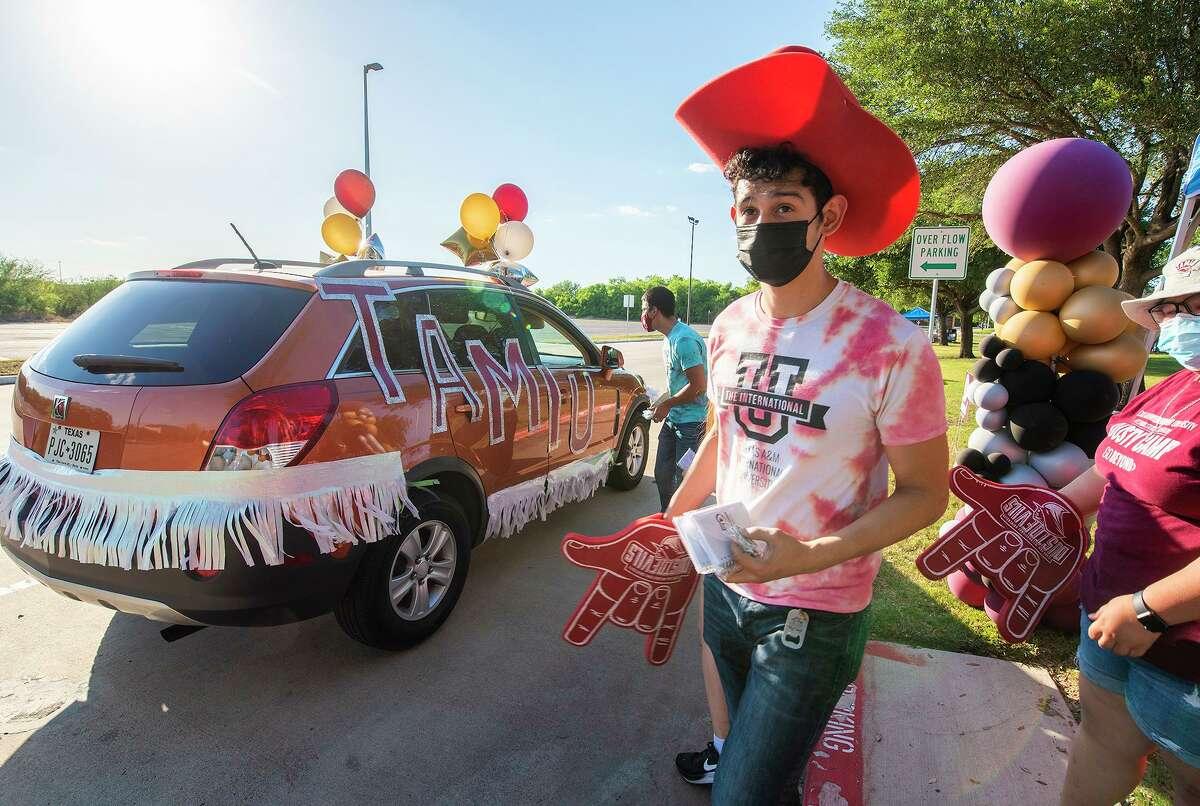 Líder de orientación, Morgan Torres se une junto a otros líderes de orientación para dar la bienvenida a nuevos y futuros estudiantes a TAMIU, el jueves 6 de mayo de 2021, en TAMIU durante el TAMIU Future Dustdevil Car Parade.