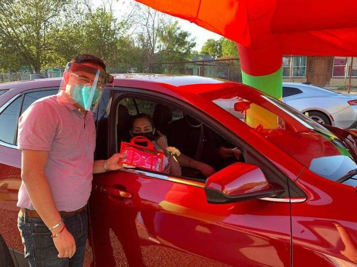 A drive-thru event was held in El Cenizo on Friday night where mothers could pick a bag full of goodies and a gift for them for their special day.