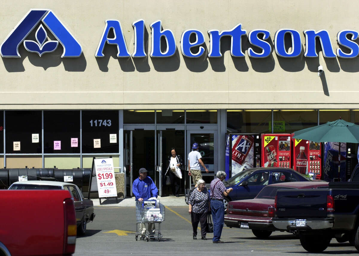 METRO Albertsons customers go in and out of the store at Blanco and West Ave Wednesday March 13, 2002. GLORIA FERNIZ/STAFF