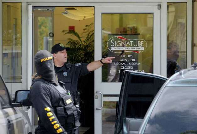 Law enforcement personnel from New York and Florida raid Signature Compounding Pharmacy in Orlando. (Michael P. Farrell / Times Union) Photo: MICHAEL P. FARRELL / ALBANY TIMES UNION