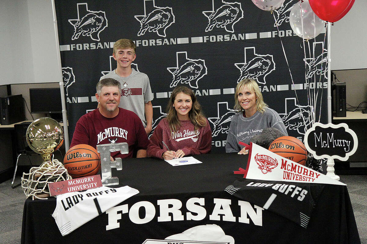 Forsan'sRylee Evans signs with the McMurry University women's basketball program, while surrounded by family on May 12.