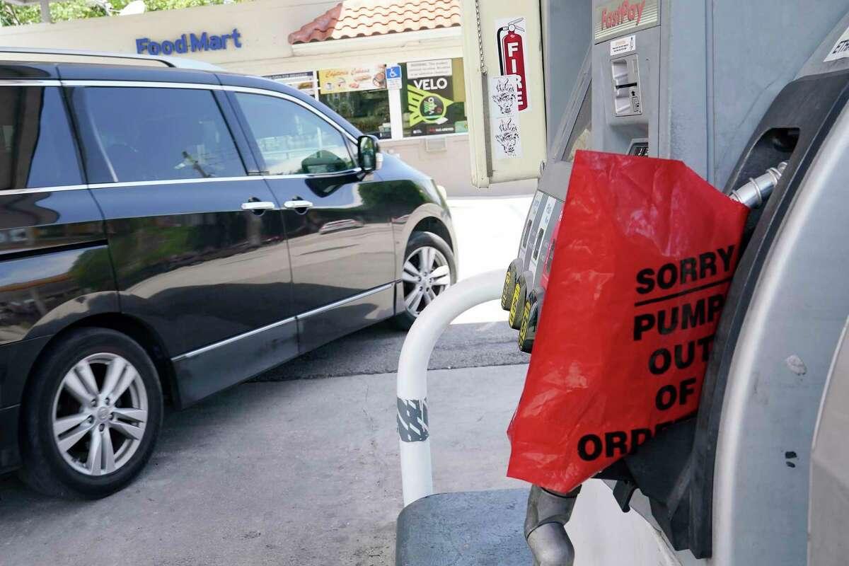 Un cliente sale de una estación de Chevron que quedó sin gasolina, el miércoles 12 de mayo de 2021, en Miami.