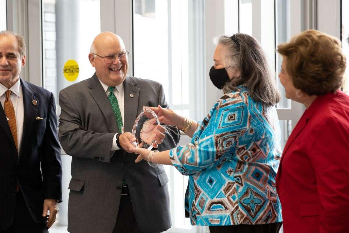 Elmo López Jr. CEO de Gateway Community Health Center recibe el premio President's Community Leadership Award 2021 que otorga Laredo College.