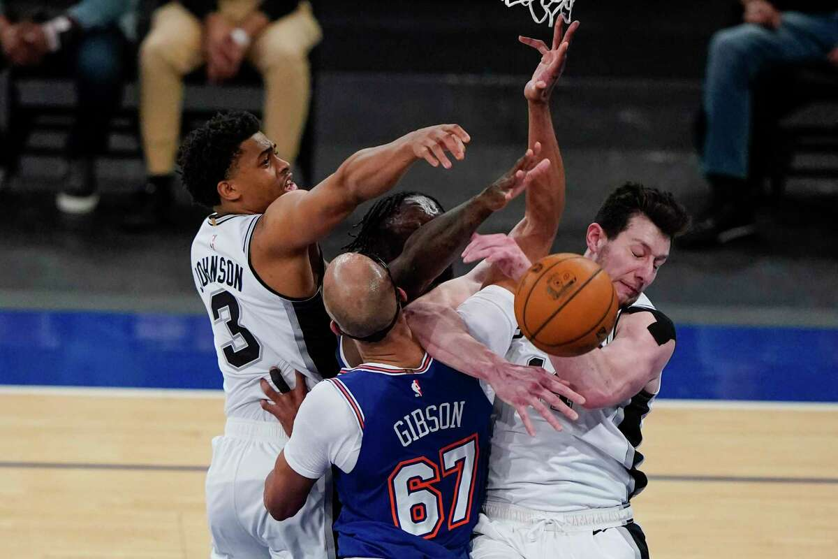 San Antonio Spurs' Drew Eubanks, right, fights for control of the ball with New York Knicks' Taj Gibson (67) during the second half of an NBA basketball game Thursday, May 13, 2021, in New York. (AP Photo/Frank Franklin II, Pool)