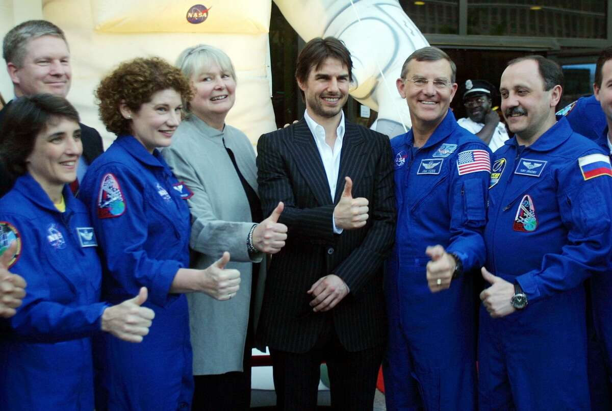 404095 05: Actor Tom Cruise (C), with film producer Toni Myers (3rd L) and astronauts from the International Stace Station mission Nancy Currie (L), Susan Helms (2nd L), Jim Voss (2nd R), and Russian Cosmonaut Yuri Usachev (R) flash a thumbs up as they attend the premiere of the movie   - 1200x0 - Sounds of Mars, private astronauts in space