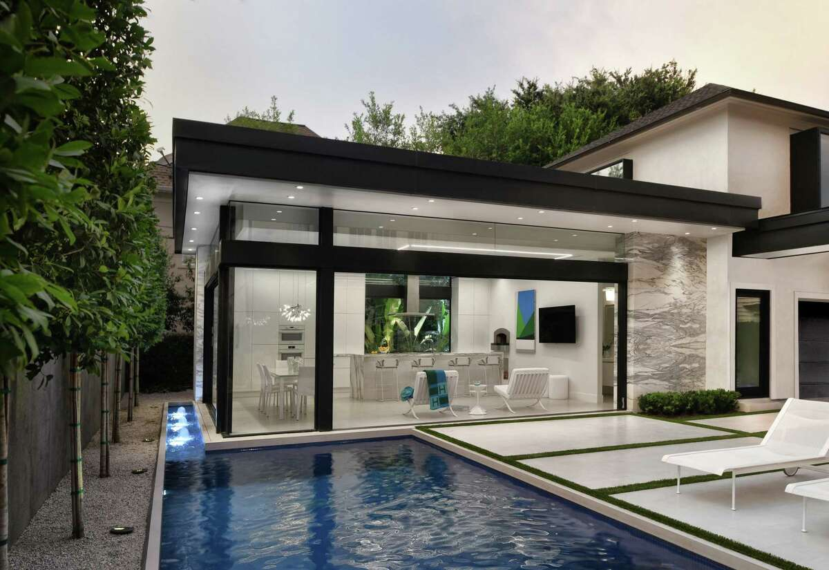 Gary R. Chandler Architecture and Exterior Worlds landscaping designed the Glanville home.