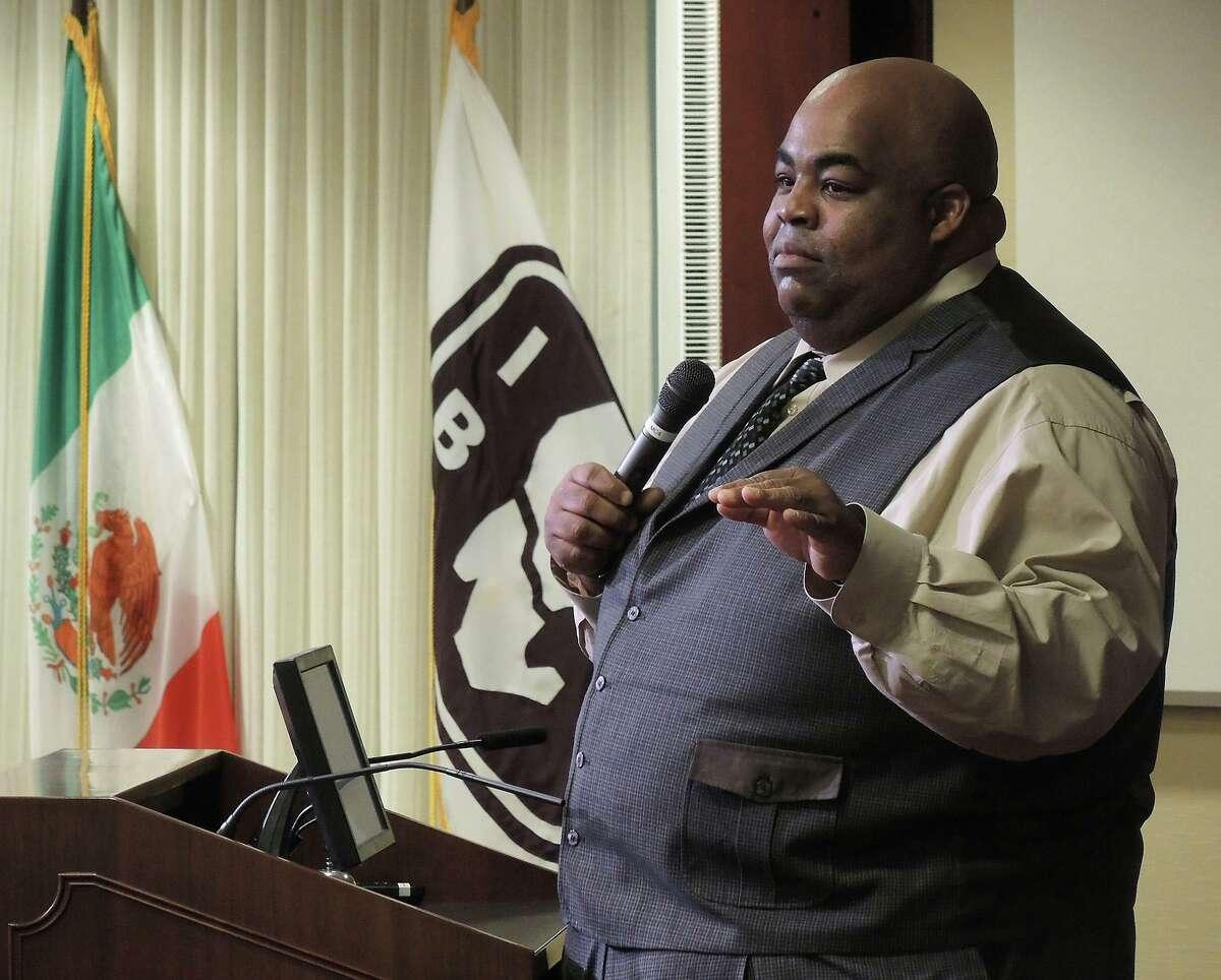 ARCHIVO- El ex Superintendente del distrito escolar Laredo Independent School District, A. Marcus Nelson, imparte una conferencia motivacional durante un evento de South Texas Food Bank en el edificio IBC Annex Building en marzo de 2015. Nelson falleció el sábado después de complicaciones que afectaban su salud.