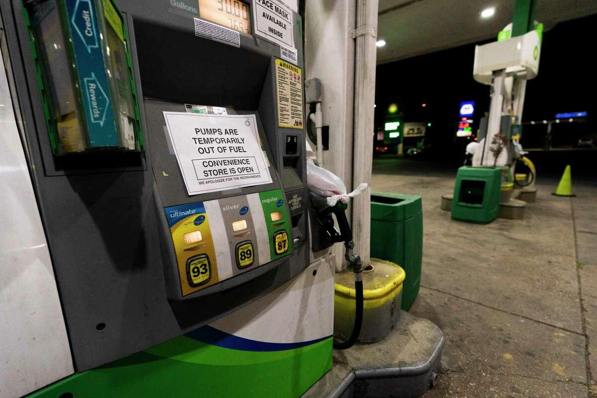 Un cartel en una bomba de gasolina de una estación en Silver Spring, Maryland, avisa a los consumidores que no tiene combustible, el jueves 13 de mayo de 2021. El operador del oleoducto más grande de EEUU, que detuvo operaciones por un ataque de ransomware, anuncia el sábado 15 de mayo que ha reanudado sus