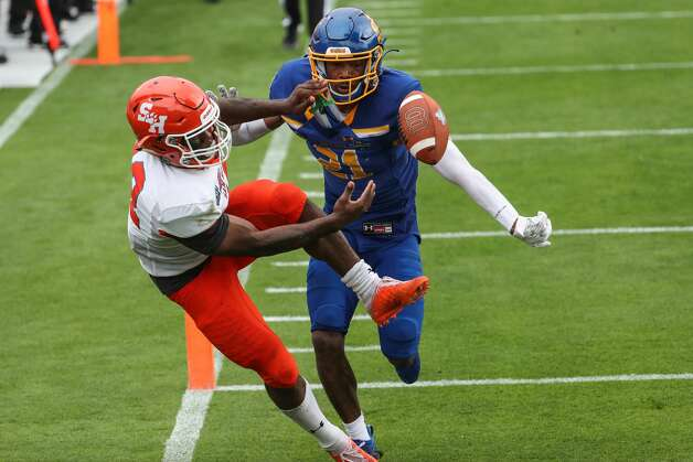 Sam Houston State wide receiver Jequez Ezzard (12) can't get the handle on a pass in the end zone as he is defended by South Dakota State cornerback Don Gardner (21) during the second half of the NCAA FCS national football championship game on Sunday, May 16, 2021, in Frisco. Sam Houston took the title with a 23-21 win. Photo: Brett Coomer/Staff Photographer / © 2021 Houston Chronicle