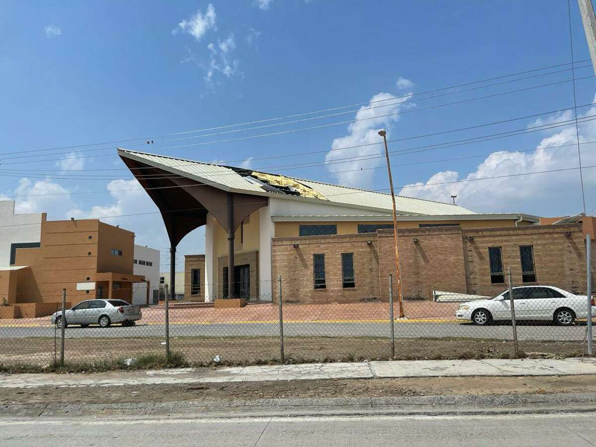 A building in Nuevo Laredo is missing part of its roof.