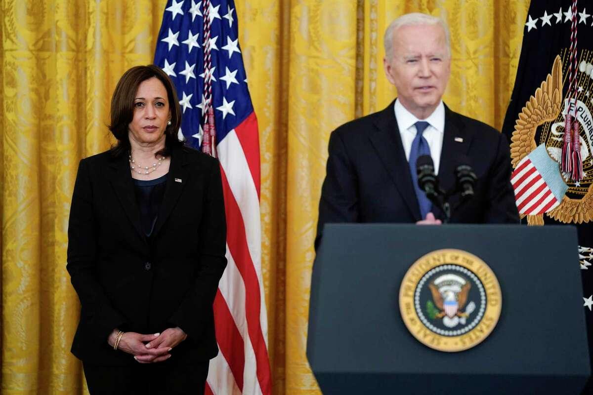 La vicepresidenta Kamala Harris escucha al presidente Joe Biden antes de que apruebe la ley contra crímenes de odio en la Casa Blanca, el jueves 20 de mayo de 2021, en Washington. (AP Foto/Evan Vucci)