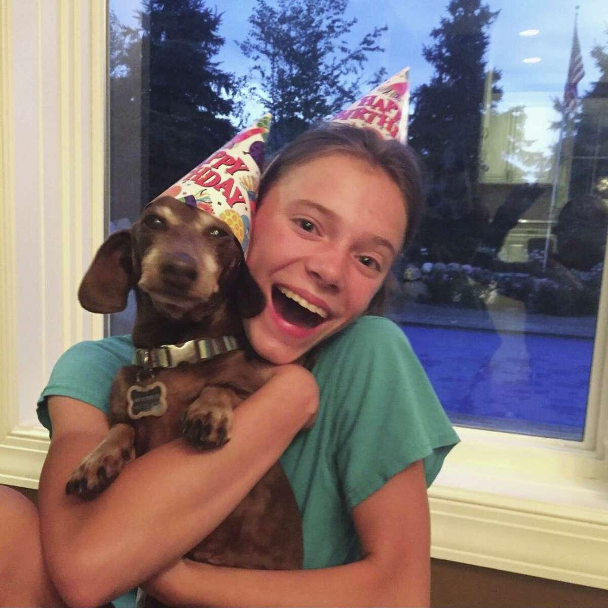 Esta foto de agosto de 2020 proporcionada por Peyton Crest, se le ve con su perro en su casa en Minnetonka, Minnesota. Crest, de 18 años de edad, padece de anorexia y se agudizó durante la pandemia.