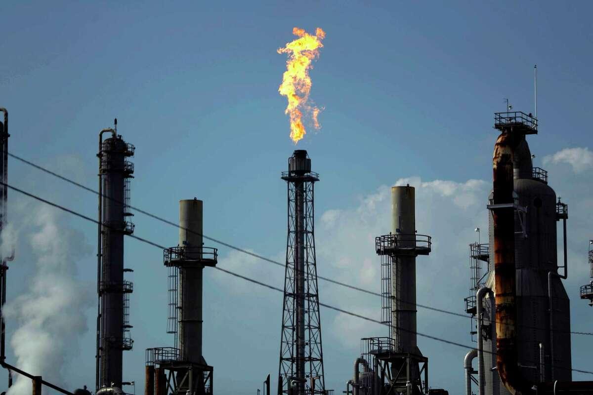 En esta imagen del 31 de agosto de 2017 se ve una flama arder en la refinería Shell Deer Park, en Deer Park, Texas.