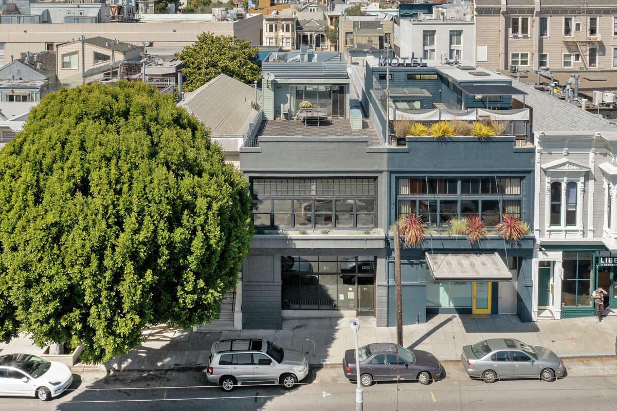 The loft conversion rests on a 3,188-square-foot, street-to-street lot.