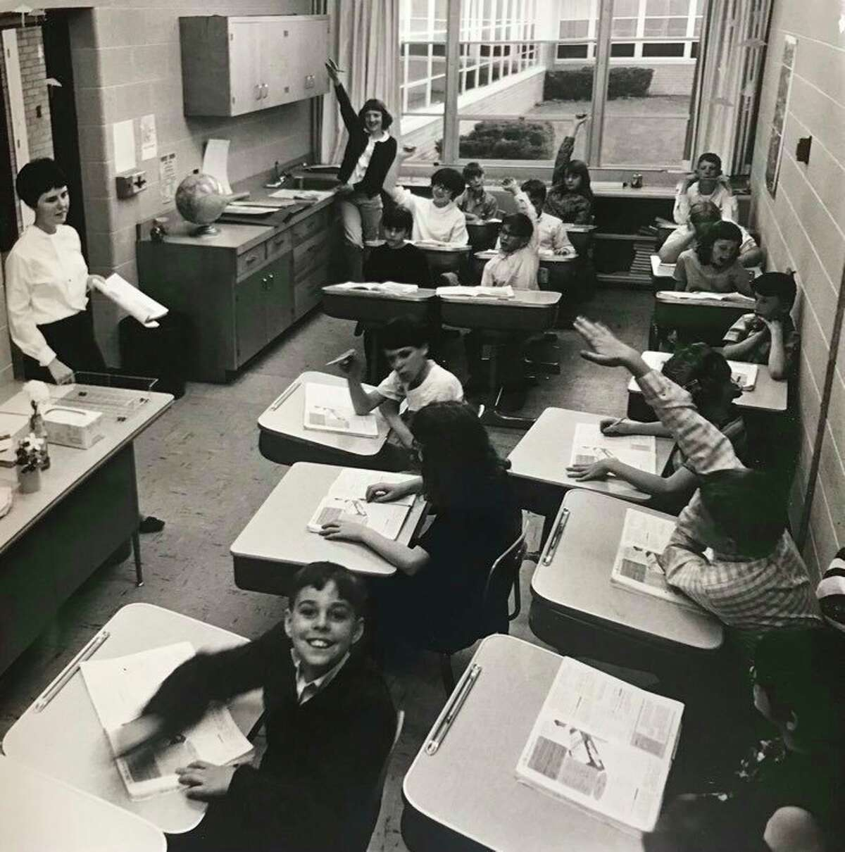 Untuk meringankan kondisi yang padat di ruang kelas kelas lima di Sekolah Dasar Siebert, ruang penyimpanan audiovisual diubah menjadi ruang kelas. Mei 1968