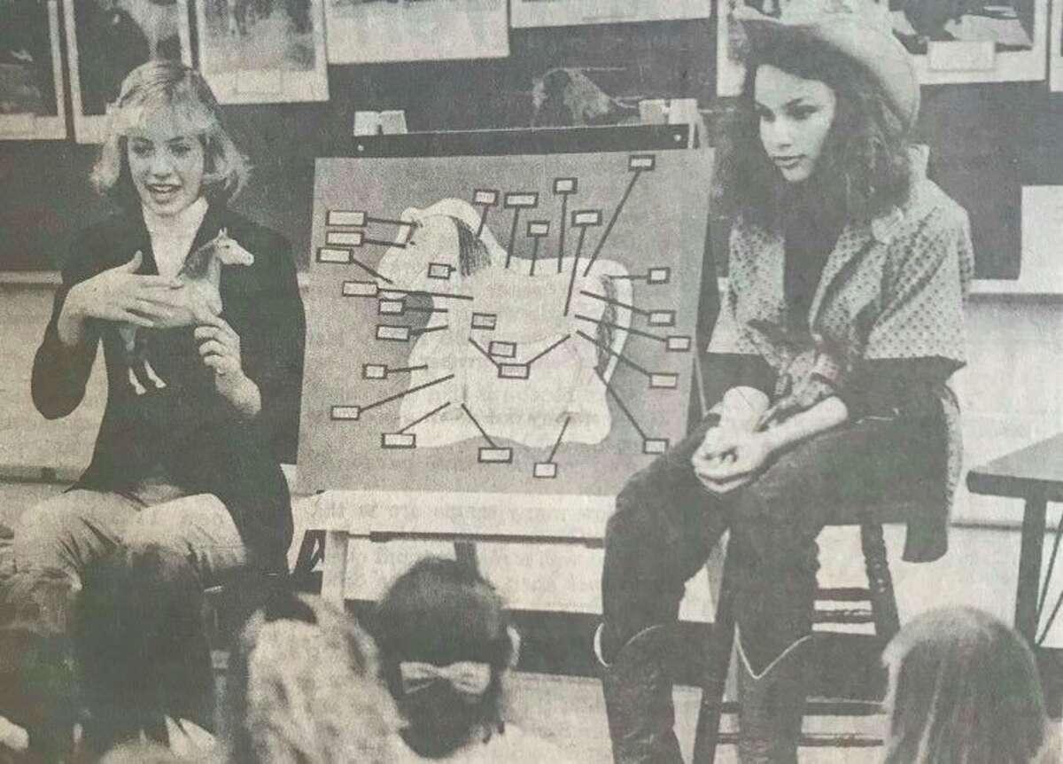 Siswa kelas enam Kathy Campbell, kiri, dan Erika Sagady membuat presentasi tentang kuda untuk siswa kelas tiga di kelas Laurie Chapin di Sekolah Dasar Siebert. Januari 1990