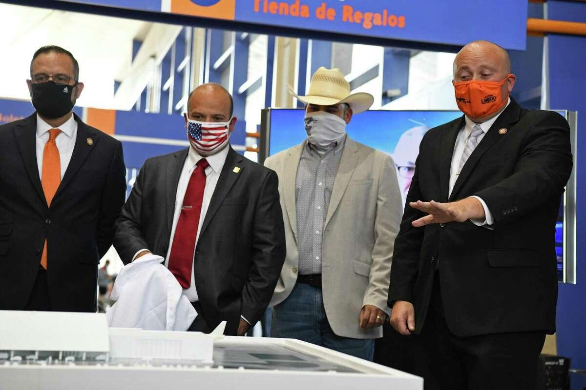 El director del Aeropuerto de Laredo, Jeffrey Miller explica las mejoras a la terminal a invitados el martes 25 de mayo de 2021.