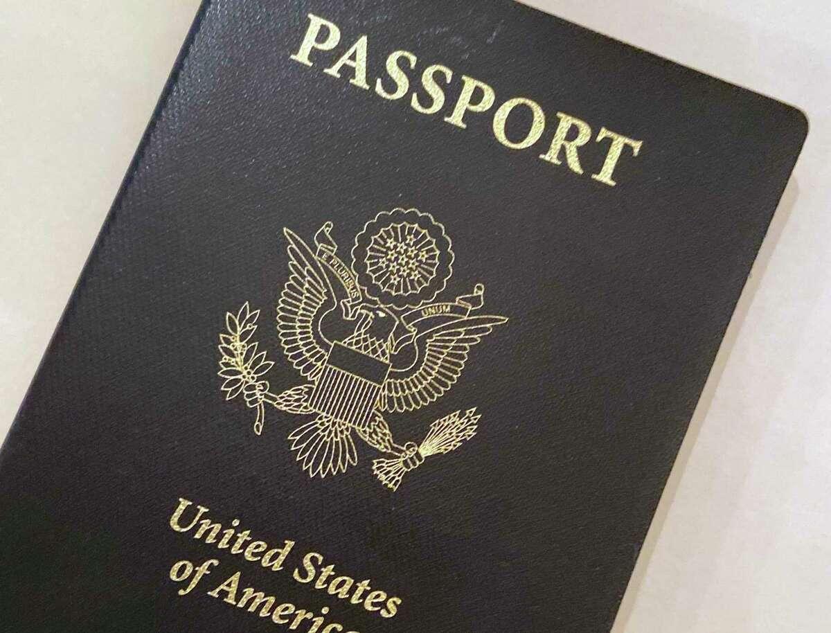 Esta foto del 25 de mayo de 2021 muestra la portada de un pasaporte estadounidense en Washington. La administración Biden dice que los ciudadanos estadounidenses que tengan pasaportes estadounidenses recientemente vencidos podrán regresar a casa.