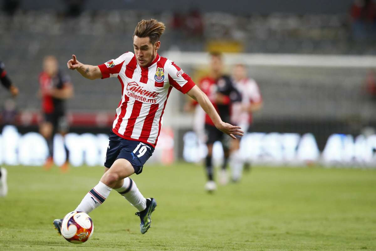 GUADALAJARA, MEXICO - APRIL 24: Jesús Angulo #19 of Chivas drives the ball during the 16th round match between Atlas and Chivas as part of the Torneo Guard1anes 2021 Liga MX at Jalisco Stadium on April 24, 2021 in Guadalajara, Mexico. (Photo by Refugio Ruiz/Getty Images)