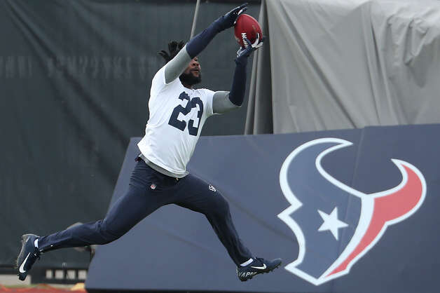 Houston Texans defensive back Eric Murray leaps to make a catch during team OTAs on Thursday, May 27, 2021, at The Houston Methodist Training Center in Houston. Photo: Brett Coomer, Staff Photographer / © 2021 Houston Chronicle