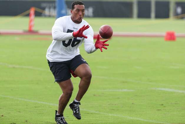 Houston Texans linebacker Hardy Nickerson reaches out to catch a football during team OTAs on Thursday, May 27, 2021, at The Houston Methodist Training Center in Houston. Photo: Brett Coomer, Staff Photographer / © 2021 Houston Chronicle