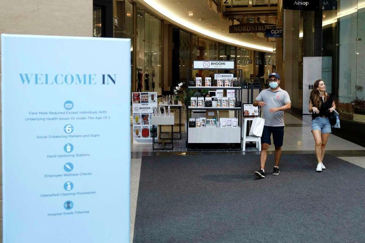 Clientes salen de un centro comercial en el centro de Chicago, 25 de mayo de 2021. Los estadounidenses recuperan una de sus aficiones preferidas: las compras en tiendas.