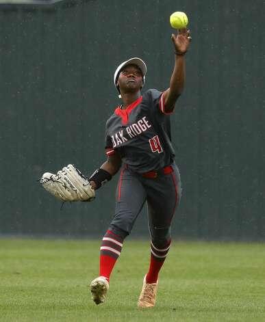 Oak Ridge center fielder Ariel Redmond (4) throws toward the infield during the second inning of a District 13-6A high school softball game at Willis High School, Friday, April 16, 2021, in Willis. Photo: Jason Fochtman/Staff Photographer / 2021 © Houston Chronicle