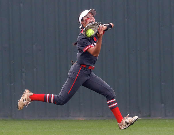 Oak Ridge left fielder Kaitlynn Martinez (1) makes a catch on a hit by Lainey Niederhofer #5 of Willis during the fifth inning of a District 13-6A high school softball game at Willis High School, Friday, April 16, 2021, in Willis. Photo: Jason Fochtman/Staff Photographer / 2021 © Houston Chronicle