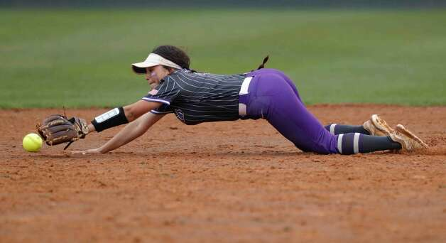 Willis second baseman Cynthia Moreno (4) tries to make a play on Oak Ridge Erika Flynn's RBI single to take a 9-8 lead during the sixth inning of a District 13-6A high school softball game at Willis High School, Friday, April 16, 2021, in Willis. Photo: Jason Fochtman/Staff Photographer / 2021 © Houston Chronicle