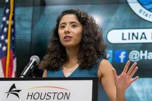 La jueza del condado de Harris, Lina Hidalgo, habla en conferencia de prensa sobre el nivel de alerta por el COVID-19 en Houston.