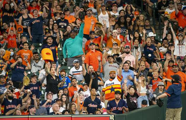 Fans call for a foul ball during an MLB game between the Houston Astros and San Diego Padres on Friday, May 28, 2021, at Minute Maid Park in Houston. Photo: Mark Mulligan/Staff Photographer / © 2021 Mark Mulligan / Houston Chronicle