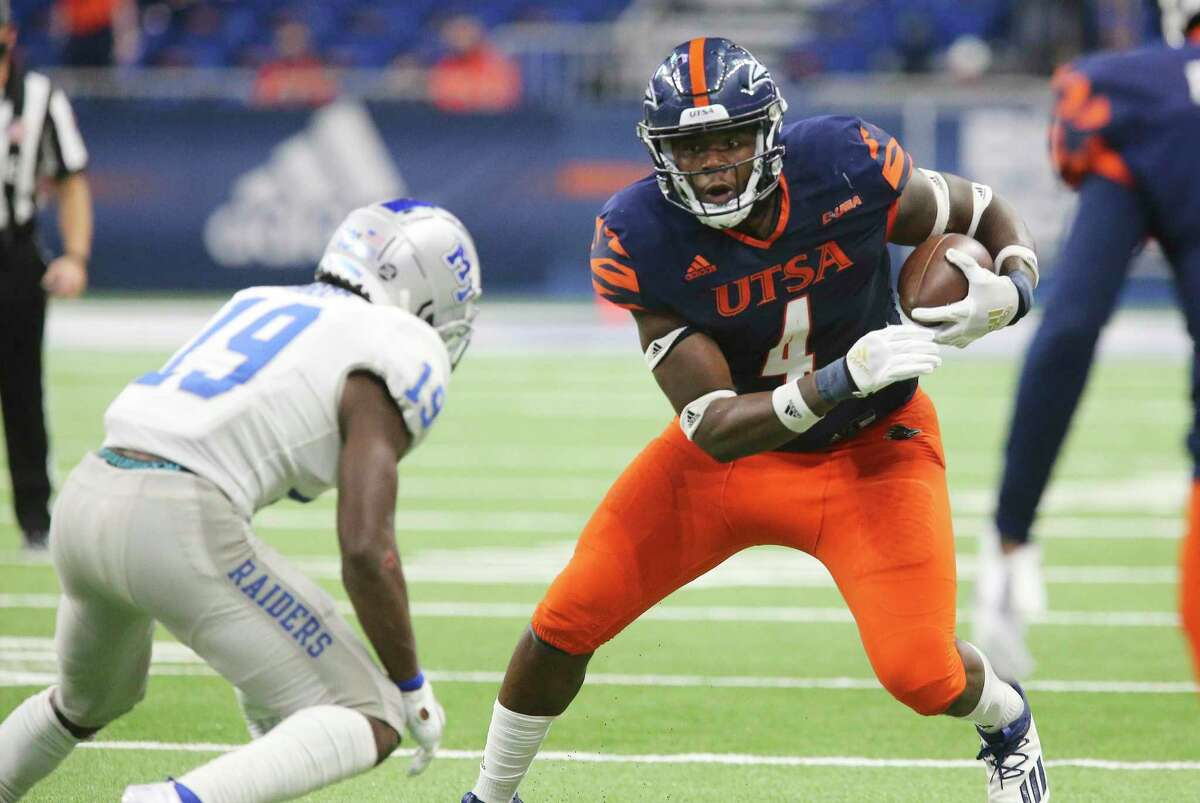 UTSA tight end Leroy Watson, right, ooks to run after a catch against Middle Tennessee's Teldrick Ross at the Alamodome on Sept. 25, 2020.