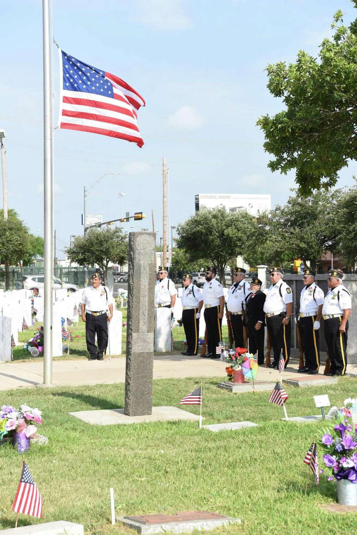 La Guardia de Honor ceremonial se coloca en atención a la bandera durante la ceremonia del Día de los Caídos en el Cementerio de la Ciudad de Laredo en 2019.
