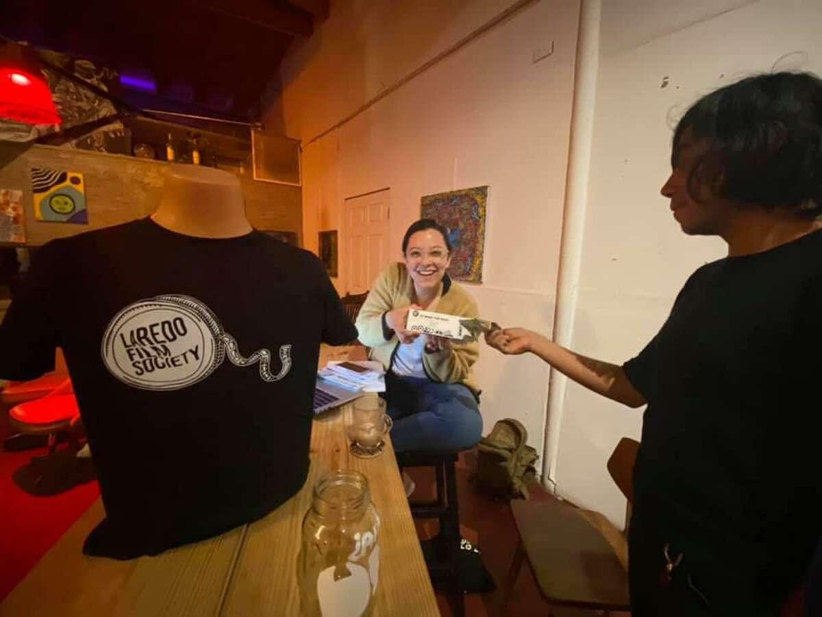 Gabriela Treviño vende boletos para la rifa de Laredo Film Society durante una proyección de la cinta