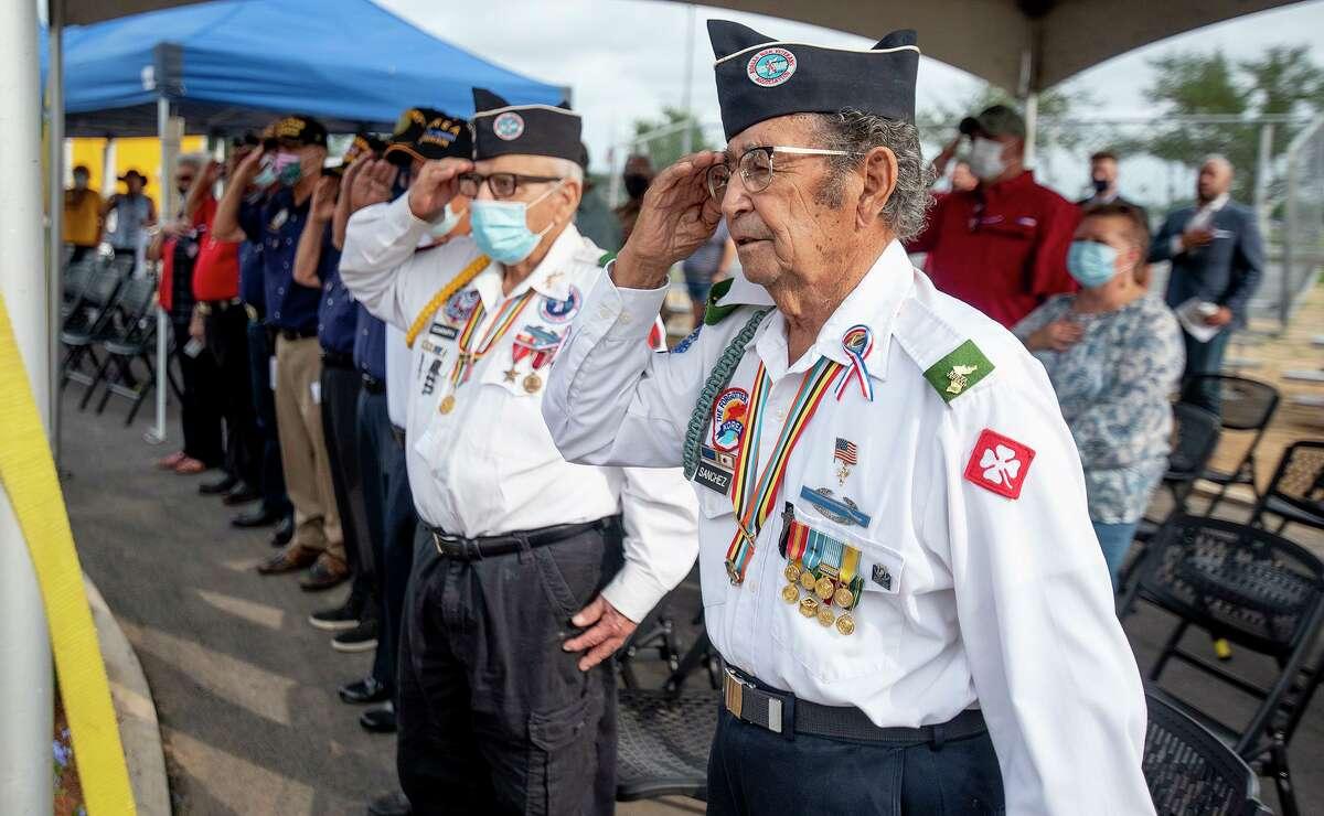 El veterano de la guerra de Corea, Ernesto Sánchez, saluda a la bandera junto con sus compañeros veteranos de guerra, el lunes 31 de mayo de 2021, en el cementerio de la Ciudad de Laredo junto con el Cabildo 76 de Veteranos Discapacitados Estadounidenses y American Legion Post durante la ceremonia numero 59 del Día de los caídos..