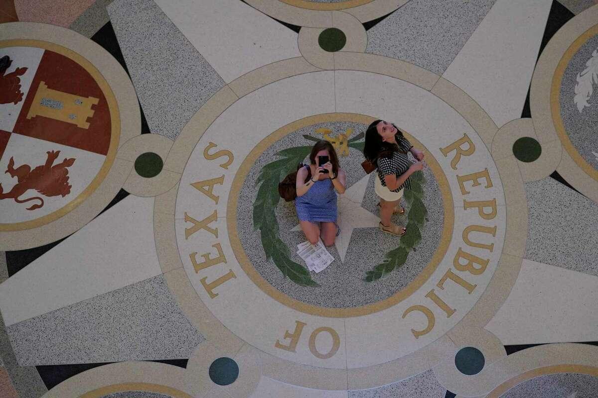 Visitantes en el capitolio estatal de Texas se detienena hacer fotos, el jueves 20 de mayo de 2021 en Austin, Texas.