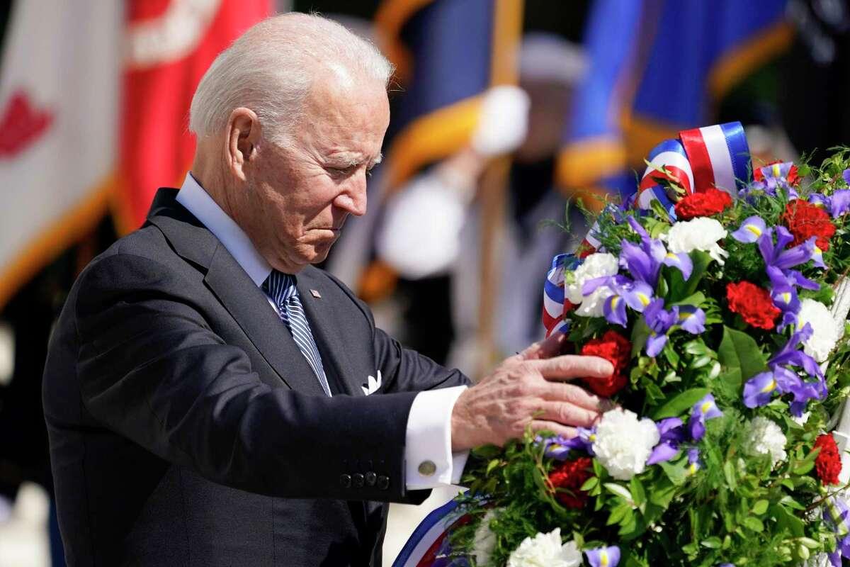 El presidente Joe Biden deja una corona de flores en el Cementerio Nacional de Arlington para conmemorar el Día de los Caídos en Guerras, en Arlington, Virginia, el 31 de mayo de 2021.