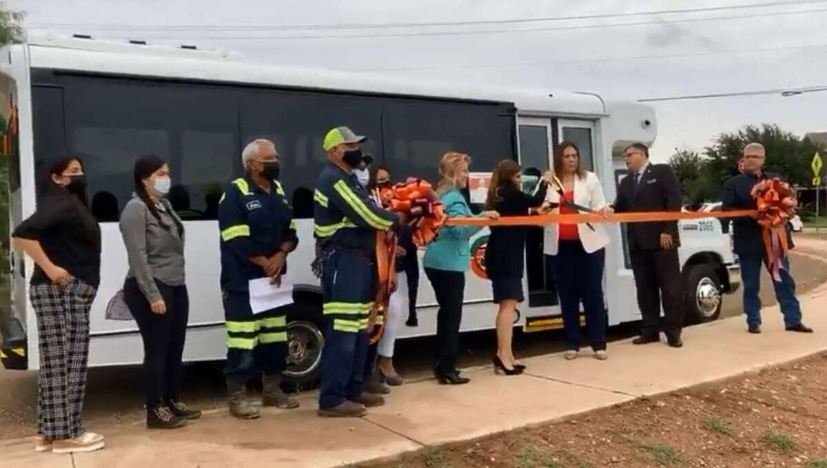 Autoridades y funcionarios de la Ciudad de Laredo y El Metro Transit participan en el corte de listón del circulardor C2 en el Distrito VII.