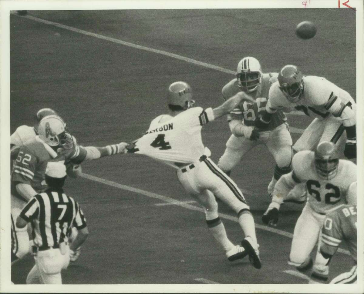 #52 (Oilers) Robert Brazile tries to stop #14 (Cincy) Ken Anderson who throws for touchdown in 2nd quarter for 7 yards.