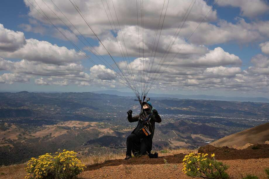 Pam Kinnaird wrestles with her wing before launch at Mount Diablo. Photo: Paul Kuroda / Special To The Chronicle